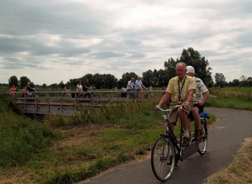 Mooi weer, mooie mensen in een mooie omgeving over het bruggetje van het Molenbeekpad