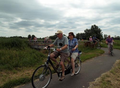 Nog meer mensen die over het molenbeekbruggetje fietsen
