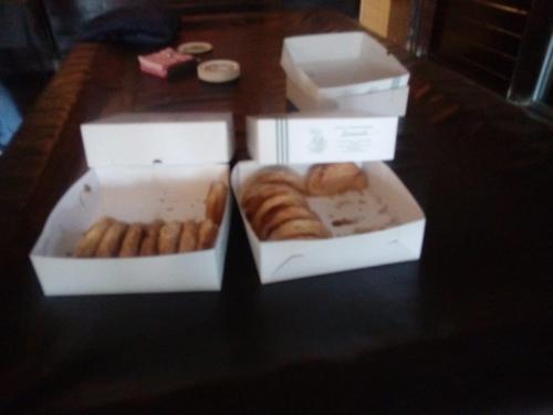 Enkele dozen met appelflappen staan op het biljart bij De Fendertse Hoeven voor aanvang van de tocht die Tini voor ons heeft uitgezet