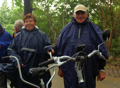 Addie (links) en Rinus Schrauwen helemaal verregend tijdens de vouwen uit de broek stop op het fietspas langs De Zoom