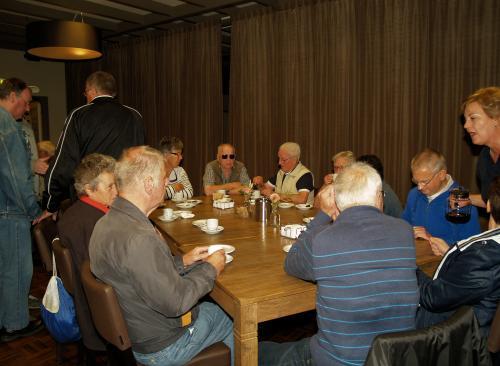 Ook onze zeeuwse vrienden van Stichting Ons Zeeland laten zich de koffie met appelgebak goed smaken
