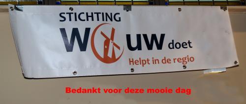 Tekst 'Bedankt voor deze mooie tocht' onder spandoek van Stichting Wouw Doet