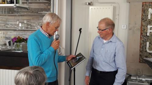 Piet Brocatus (rechts) heeft Geert een mooi fotoboek overhandigd. Deze foto's heeft hij gemaakt tijdens de Silver Medal Race in Bergen op Zoom