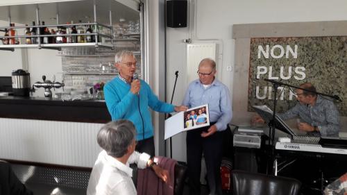 Trots laat Geert een van de foto's zien die in het boek staan, Geert samen met twee geweldige oud wielrensters uit Tholen, Bella en Keetie Hage