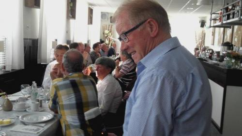 Piet maakt nog een laatste rondje langs de tafels om een praatje te maken