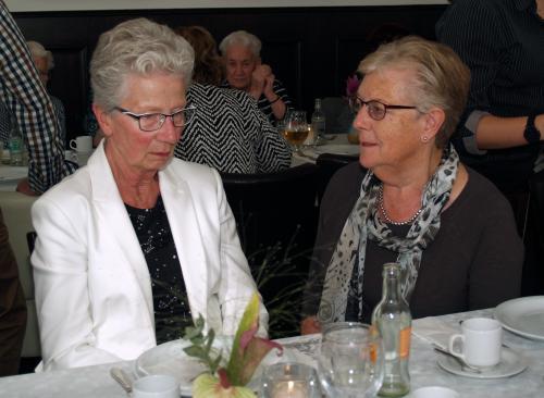 Angeline (links) vindt het afscheid maar moeilijk. Hier in gesprek met Truus. In het midden is nog net Jaantje Luijks (Kruisland) te zien
