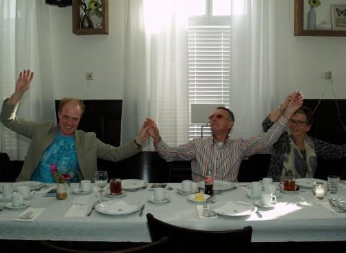 Mark, Jac en Anneke vieren een feestje