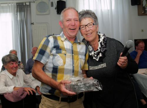 De bestuursleden van Vigeta krijgen van stichting Ons Zeeland allemaal een Zeeuwse Knop, als kaars, aangeboden. Geeft een mooi sfeerlicht als je hem aansteekt. Op de foto krijgt Johan Merkx zijn knop