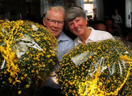 Piet links en Jose met de bloemen die ze gekregen hebben van de voorrijders en doelgroep