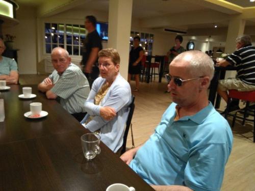 Ook binnen was er een mooie ruimte om koffie te drinken bij Preston Palace. Op de foto Sam, Marina en Eric