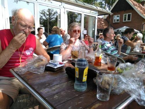 Enkele deelnemers tijdens de lunch op de laatste dag van de midweekvakantie