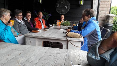 Enkele deelnemers tijdens de eerste koffiestop op het terras bij Fraans Marie