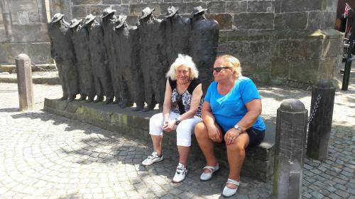 Adje en Ria bij het beeldje van mannen met hoed in Ootmarsum