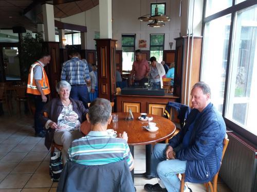Ger en zijn moeder in het restaurant van sporthal De Omganck