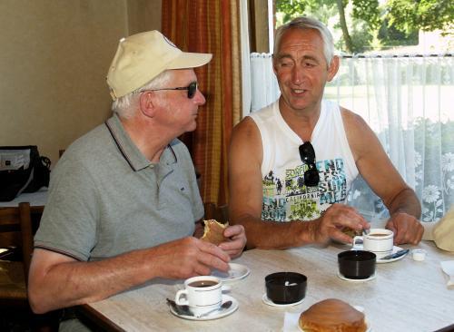 Frans en Marcel aan de koffie met een lekkere koek