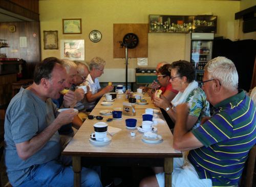 Enkele deelnemers hebben moeite met de grote koeken die ons deze morgen werden aangeboden