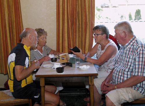 Vlnr op de foto Pieter, Truus, Corrie en Frans