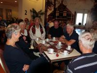 Voor aanvang werd er nog gelachen bij de koffie en de taart van Eric, dat werd voor sommigen wel anders tijdens de tocht. Dijk op en af ging niet iedereen goed af.