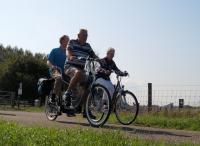 Piet met Jac op de tandem rijden naast Angeline die een deel van de tocht met ons meereed