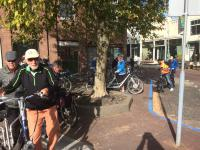 Enkele deelnemers maken zich klaar voor de start van de tocht van de kinderen De Kok. Vlnr goed herkenbaar Dennis, Huib, Piet O., Ine, Frans en Eric