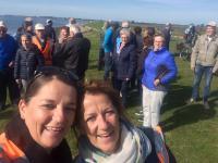 Even een selfie maken voor het plakboek. Links Linda en rechts Leandra met op de achtergrond de deelnemers aan deze mooie tandemtocht