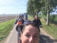 Het valt niet mee een foto van de tandemgroep te maken terwijl je zelf op je fiets meerijdt. Een half hoofd van jezelf maar gelukkig ook nog een mooi deel van het vigeta-peloton