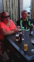 Ria (links) en Johan nemen het er nog even van voordat ze weer op de tandem stappen voor de terugreis naar Rucphen