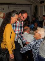 Jos en Lia Botermans maken een praatje met Leny van de Vloet voor aanvang van de koffietafel