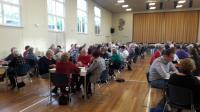 Een overzicht van de zaal met deelnemers aan de Vigeta Bridgedrive