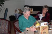 Joke Delhez mocht een mooie fruitmand in ontvangst nemen voor haar eerste plaats in het dagklassement. Rechts van haar zit Kitty