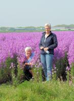 Ine en Wilma tussen de paarse bloemen