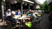 Koffiepauze bij Fraans Marie langs het kanaal Oostzijde. Eric, Herman, Anneke, Piet en Ria