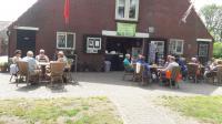 De deelnemers tijdens de lunch bij de boerderijwinkel van camping Rabo Schele