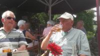 Sam lat zich zijn biertje goed smaken tijdens de middagstop bij Eetcafe 't Coophuys in Albergen