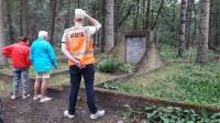 Willeke, Marie Josee en Mark bekijken de herdenkingssteen met daarop het verhaal over de moordpartij