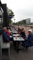 Een deel van de deelnemers heeft ervoor gekozen om toch buiten op het terras hun boterhammen op te eten