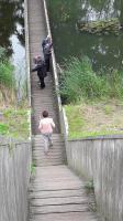 Ook Willeke daalt af naar de Mozesbrug. Beneden staan al enkele deelnemers aan de tocht van Esmeralda