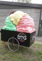 Een reusachtig ijsje van kunststof om aandacht te trekken voor Ijssalon Emma's