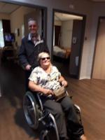 De blinde duwt de blinde. Jac duwt de rolstoel van Ria tijdens het bezoek van Geert en Jac bij Ria in Wiekendael