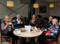 Niet bowlen maar bij een bakje koffie en thee lekker bijkletsen. Vlnr: Truus, Angeline, Wilma, Rinus en Toos