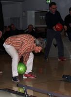 Anneke legt aan voor weer een mooie worp tijdens de bowlingmiddag an 5 februari