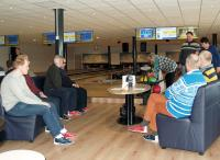 Een overzicht van de bowlingzaal van Bowling De Thoolse Brug