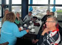 Enkele deelnemers aan de koffie voor aanvang van de tocht