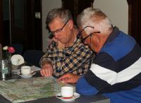 Johan en Piet zijn al bezig met de tochten voor de midweekvakantie. Even op de kaart kijken welke mogelijkheden er zijn