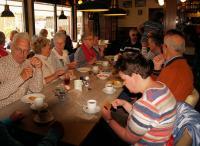 Genieten van koffie met een appelflap geschonken door de familie Sonneveld