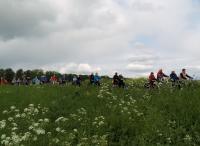 Het Vigeta-peloton tijdens de tocht vanuit Fijnaart