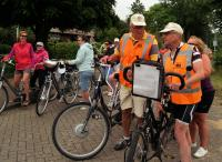 Rechts op de foto overleggen Piet en Johan over het vervolg van de tocht na de koffiestop. Links staat Marleen met Toos,Anneke, en Marina met Sam te wachten tot ze verder kunnen