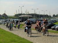 Direct vanuit het vertrek klimmen zou men in de Tour de France zeggen. Ook bij vertrek van het Koggeschip in Tholen direct klimmen, over kinderkopjes nog wel