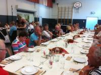 Enkele deelnemers tijdens het diner. De slaatjes hebben gesmaakt