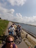 Jos had een mooi stukje fietspad gevonden lang het water bij Sint Philipsland. Ria, Marie Josee met Adje, Gerard met Dennis en Rinus met Toos genieten er duidelijk van